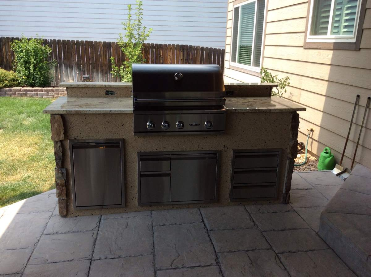 outdoor kitchen with mixed veneer and stucco hi