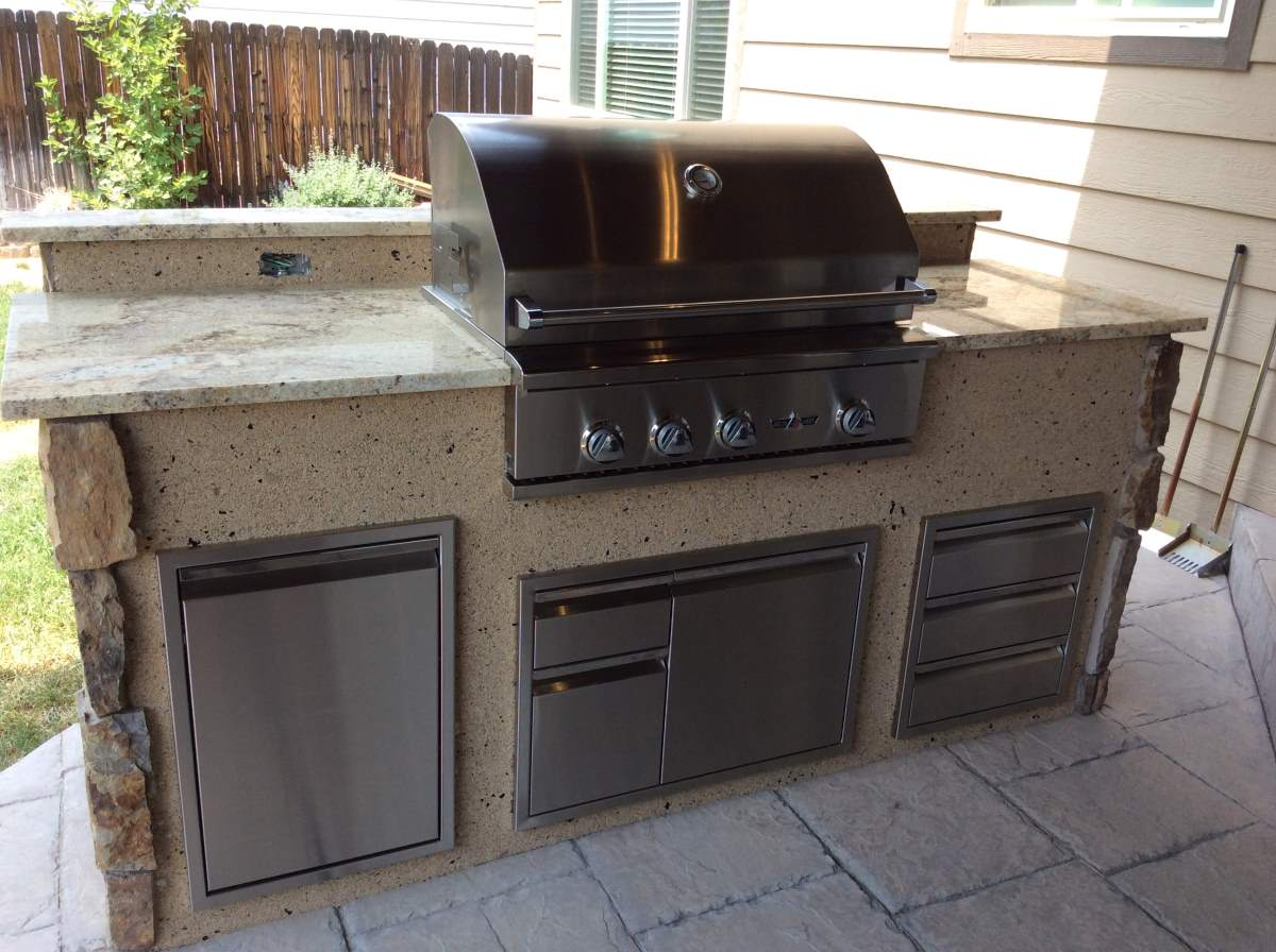 Outdoor kitchen with mixed stone veneer and stucco hi for Outdoor kitchen grill cabinets