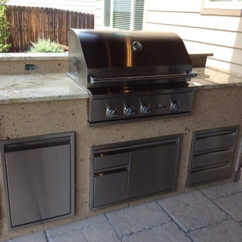 Outdoor Kitchen with mixed stone veneer and stucco – Hi-Tech Appliance